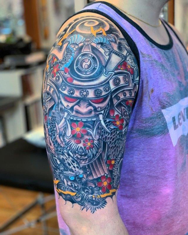 Татуировка самурай и дракон на плече