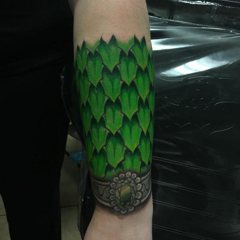 Татуировка чешуя дракона на руке