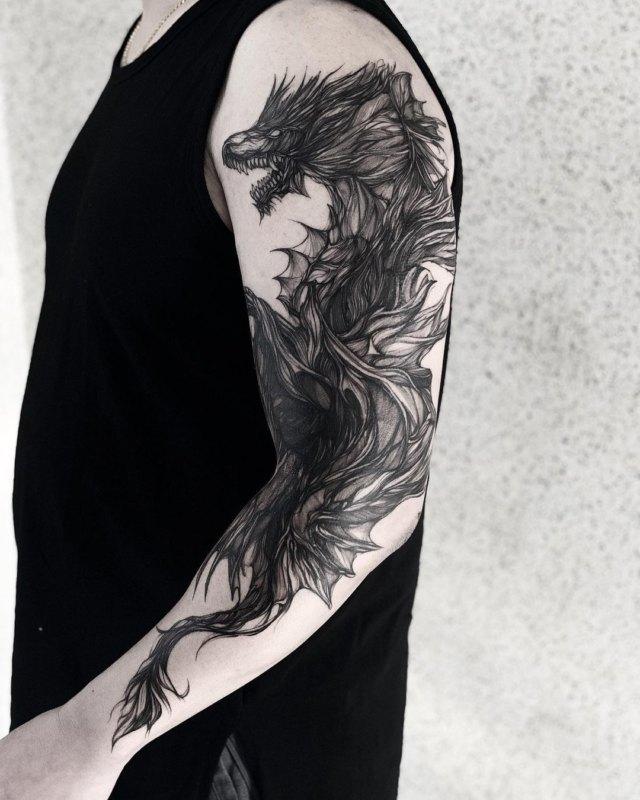 Татуировка черного дракона на рукаве