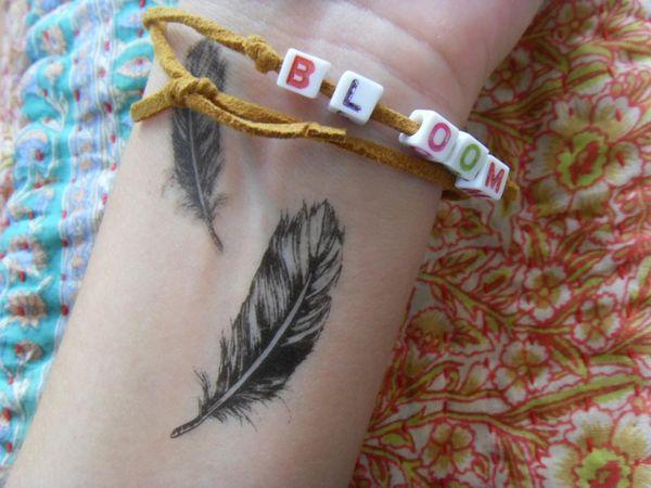 татуировка перья на запястье