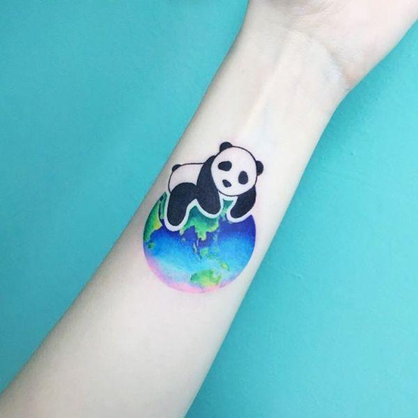 Красочная татуировка панда на предплечье