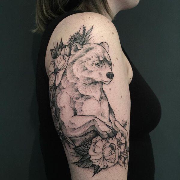 Черно-белая линия рабочего медведя с цветами на руке