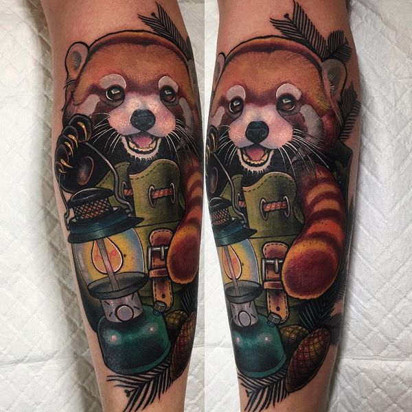Красная панда в походной сумке - тату на ноге