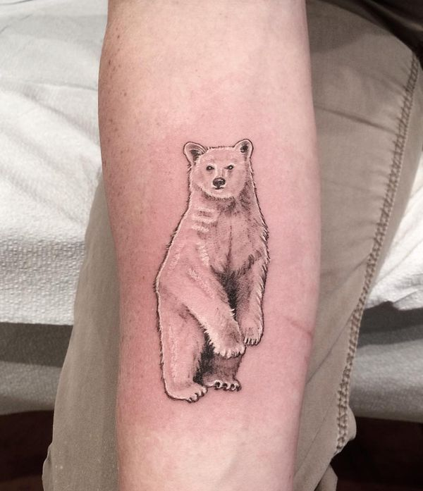 Тату милый белый медведь на руке