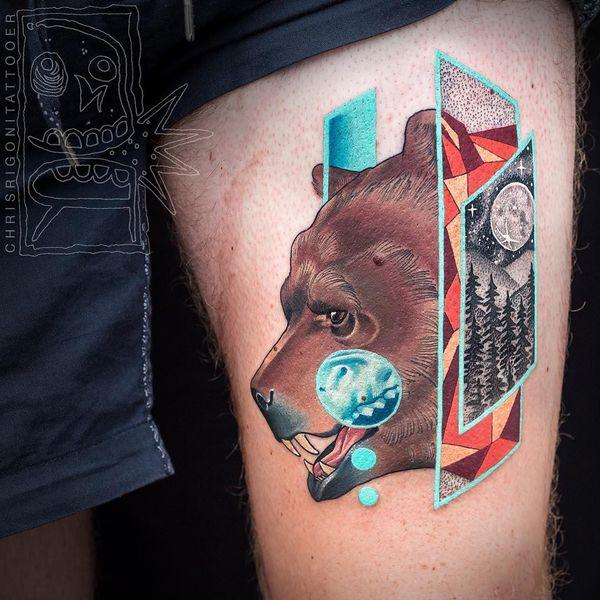 Самобытная татуировка медведя на бедре