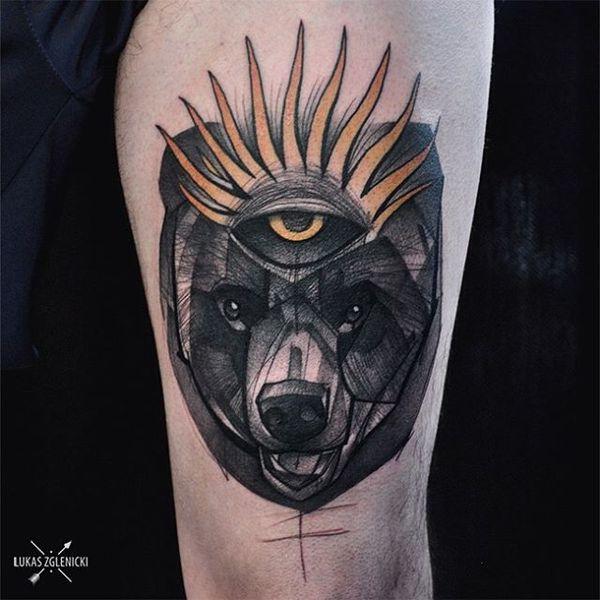 Эффектная татуировка медведь на бедре