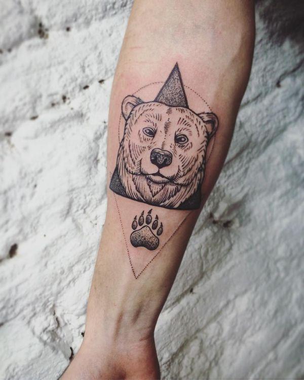 Тату монохромный медведь и коготь на предплечье
