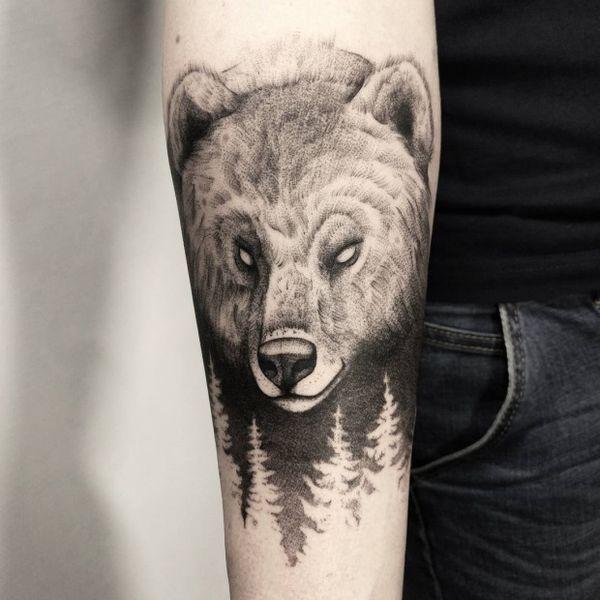 Загадочная дотворк голова медведя на предплечье