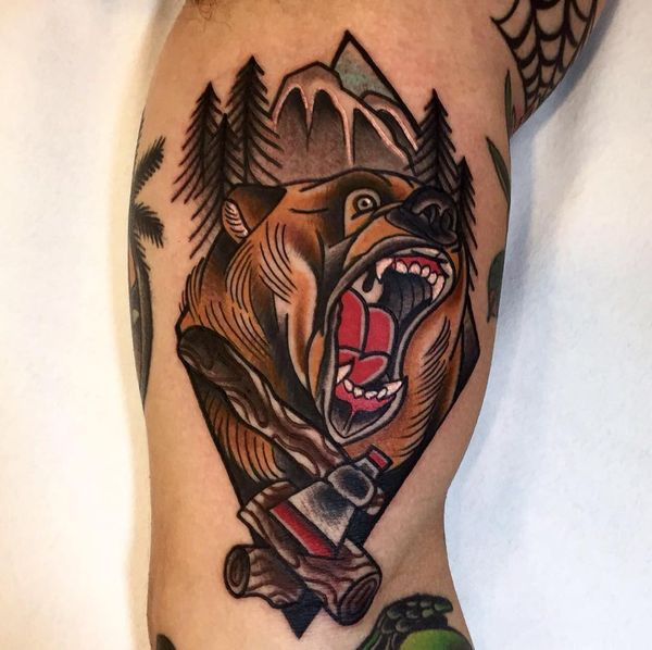 Тату медведь гризли на плече у индейцев