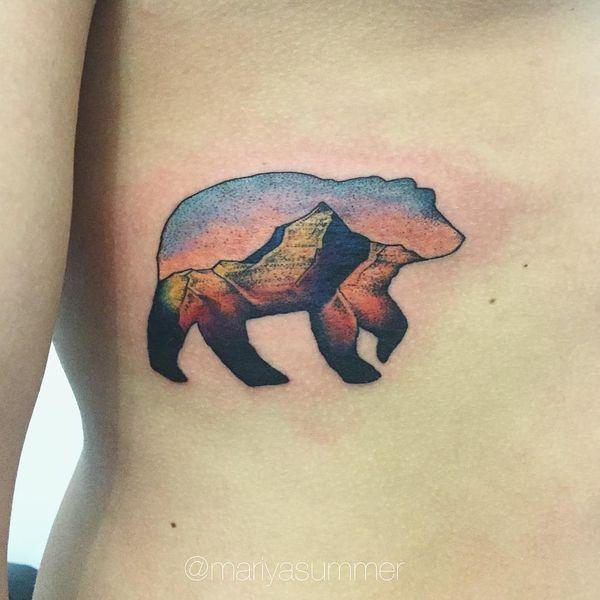 Тату медведь с пейзажем на боку