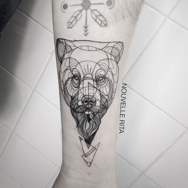 Изысканная татуировка медведя на руке на подкладке