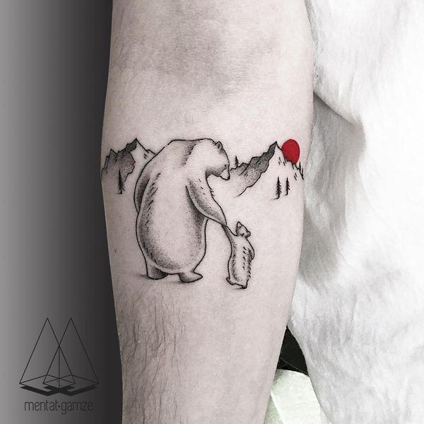 Тату медведь и медвежонок на руке