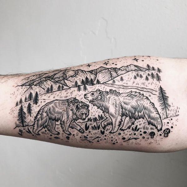 Тату маленький медведь гризли в горах на руке