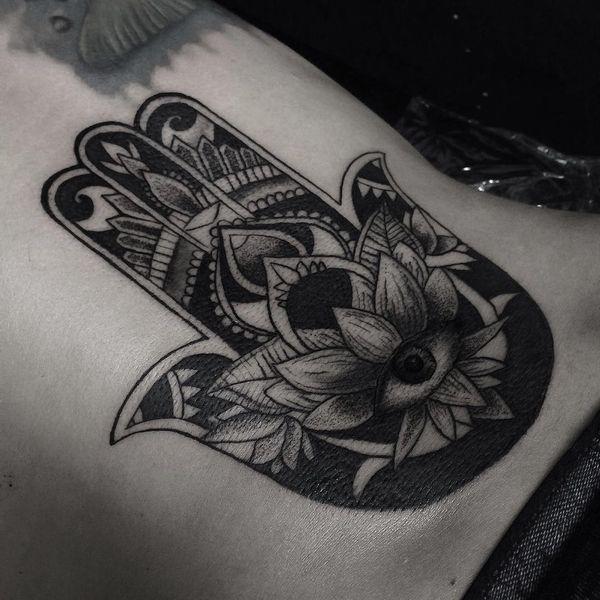 большая татуировка хамса
