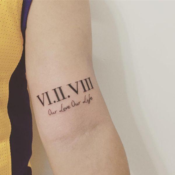 Одна из лучших татуировок с римскими цифрами на внутренней стороне предплечья