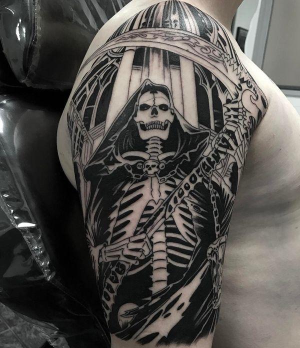 Зловещая черно-белая татуировка Grim Reaper с украшенной косой