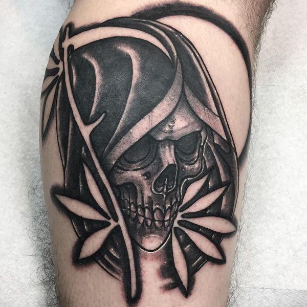 Татуировка головы смерти с косой