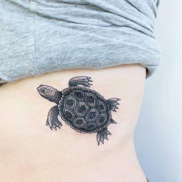 Традиционная татуировка черепахи на боку