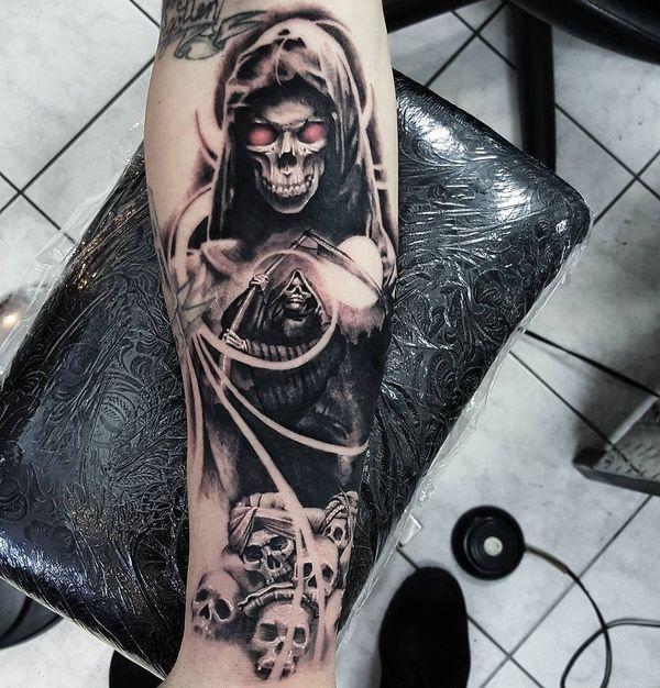 Татуировка смерть с косой и черепами