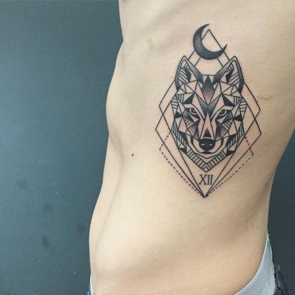 Татуировка с римской цифрой 12 под головой волка.
