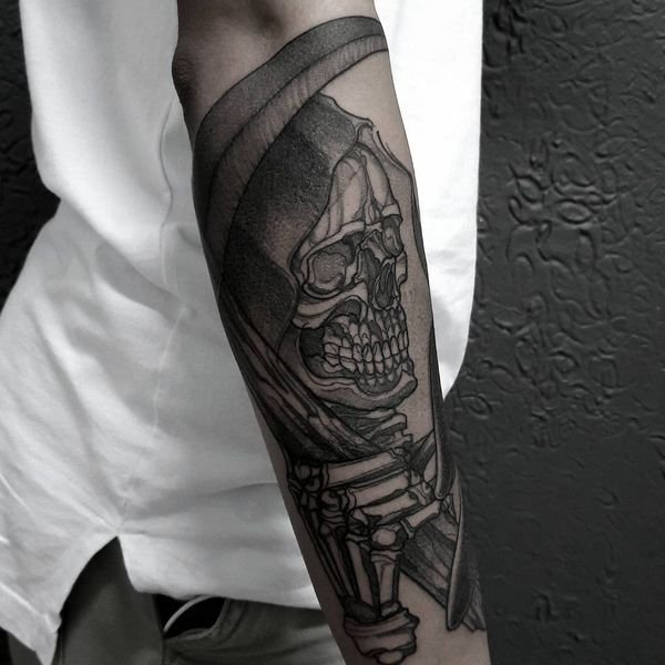 татуировка смерть с косой на руке