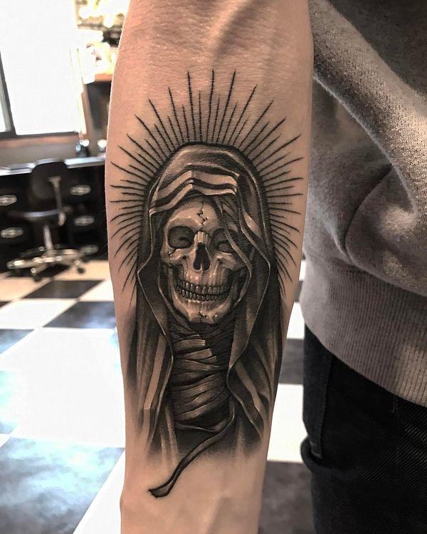 Татуировка на руке ужасного мрачного жнеца