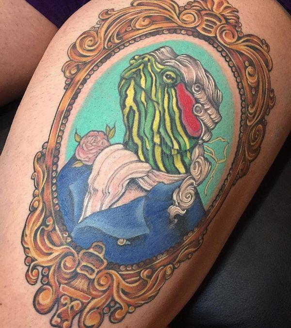 Портретная татуировка черепахи на бедре