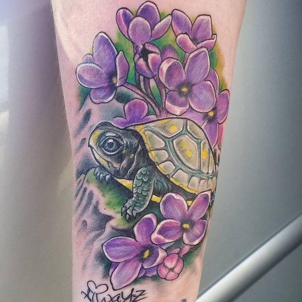 Тату зеленая черепаха с цветами сирени на рукаве