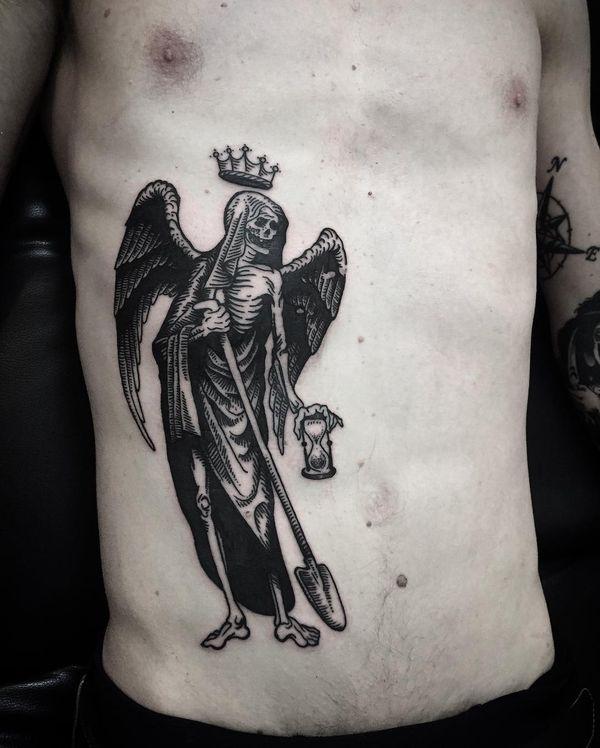 Татуировка смерть с песочными часами и лопатой
