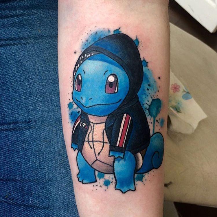 Цветная татуировка черепаха покемон на предплечье
