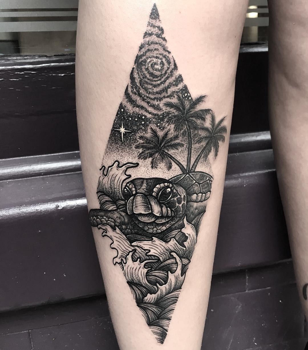 Татуировка гавайской черепахи на ноге