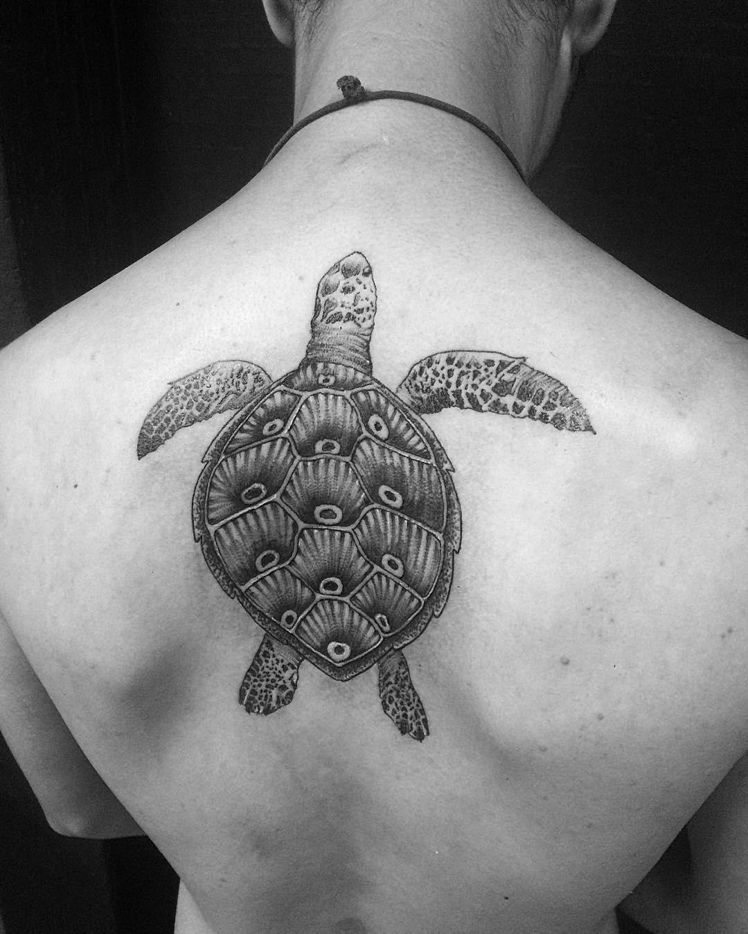 Татуировка черепаха на спине