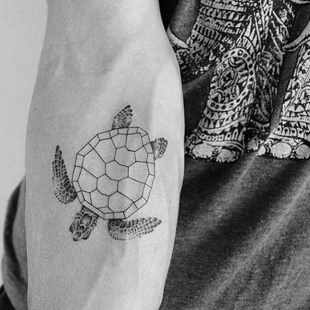 Геометрический панцирь черепахи на руке