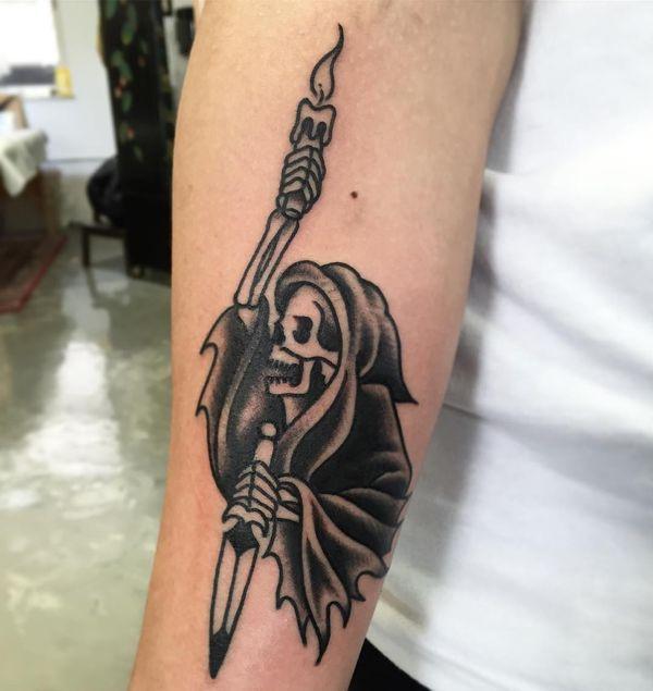Татуировка смерть с горящей свечой и кинжалом