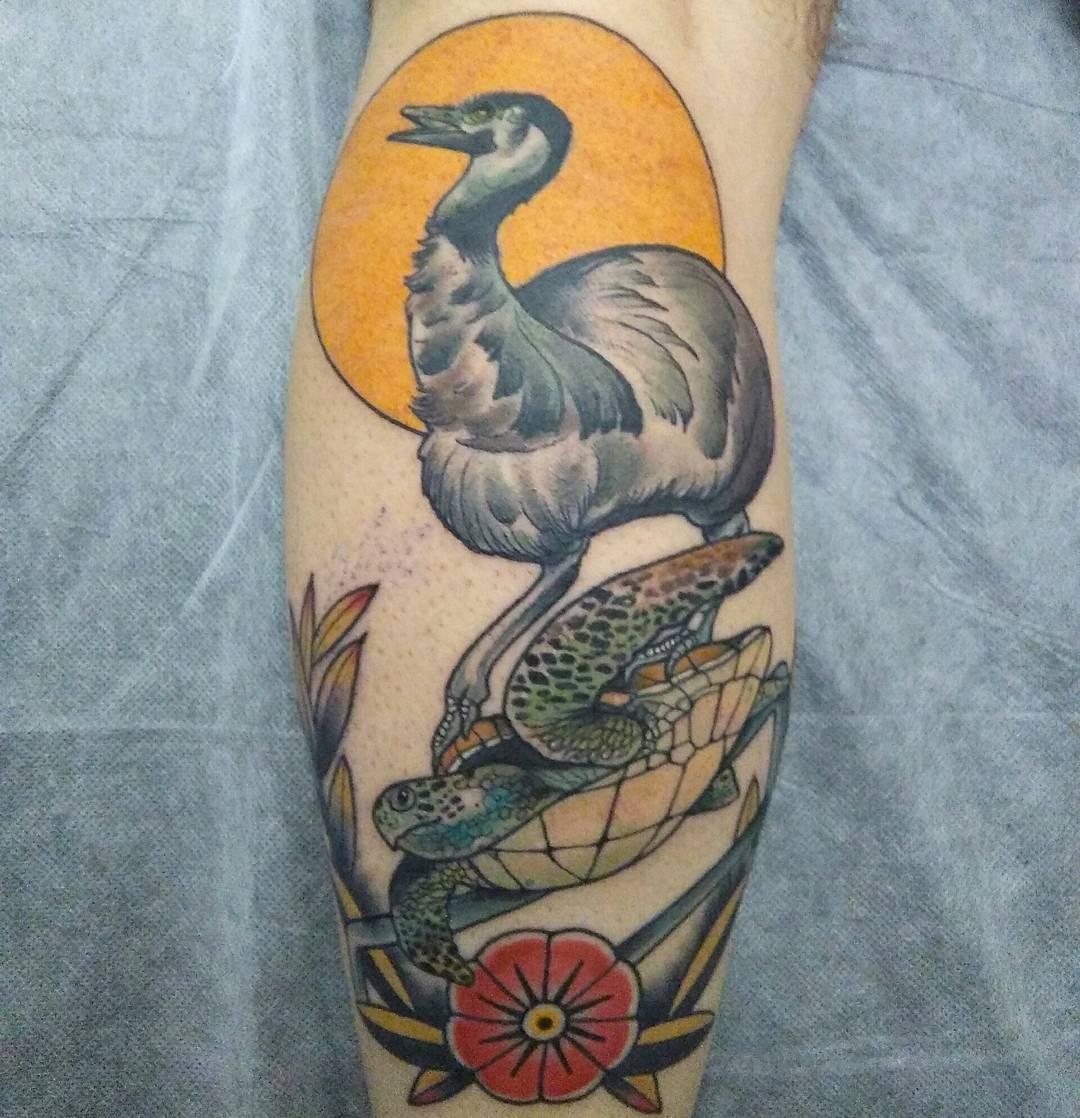 Традиционная татуировка эму на черепахе на икры