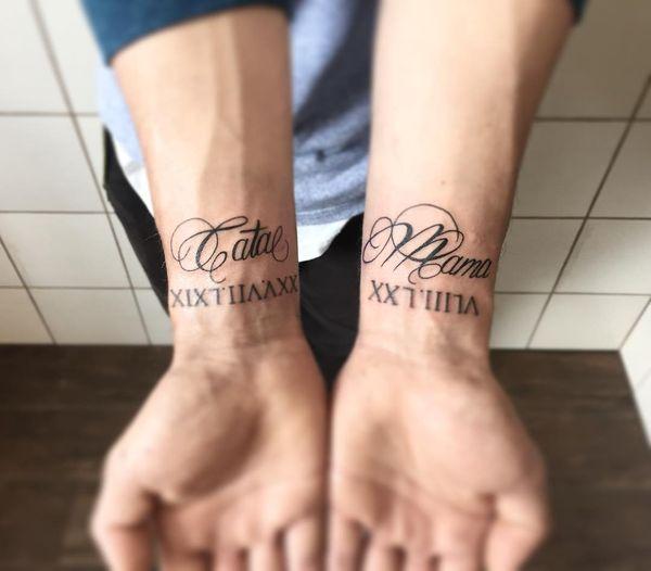 Даты мамы и папы в татуировках на запястье римскими цифрами