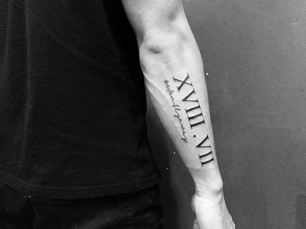 Идея мужской татуировки идеальные римские цифры