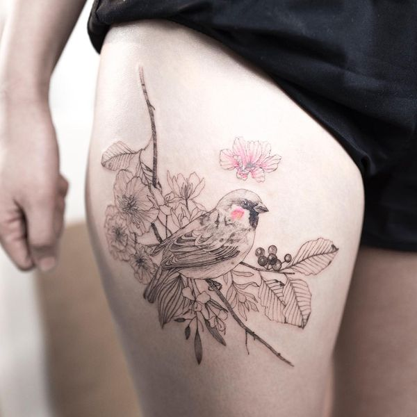 Татуировка птички на бедре