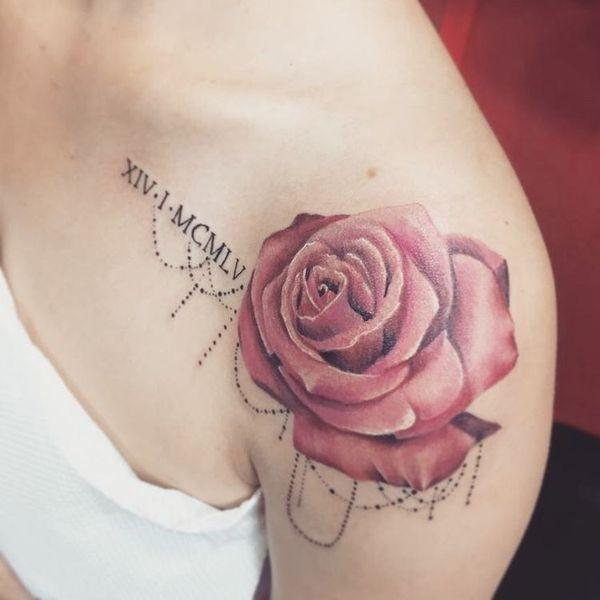 Татуировка на плече у девушки с римскими цифрами и розой
