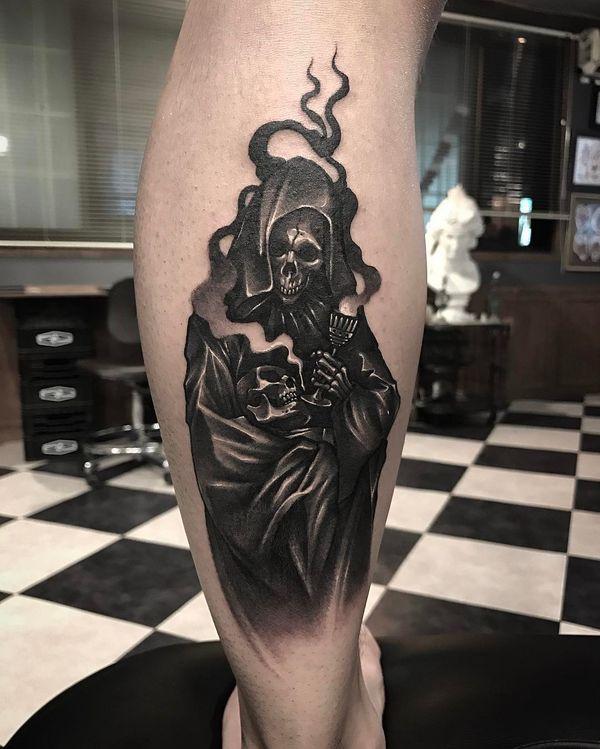 Татуировка смерти в плаще на ноге