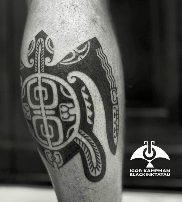 Тату полинезийская черепаха на ноге