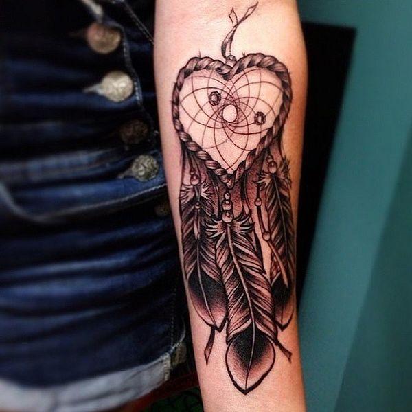 Очаровательная татуировка на руке ловца снов в форме сердца в черно-сером цвете