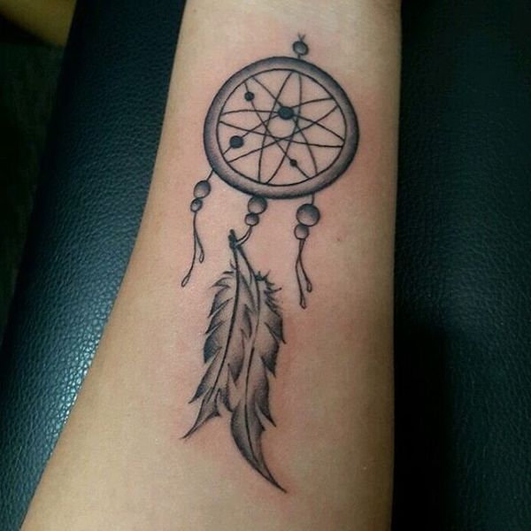 Маленькая женская татуировка Ловец снов полумесяц на щиколотке