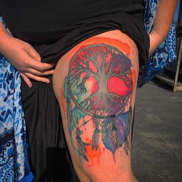 Загадочная черно-белая татуировка на руке с изображением луны и глаза ловца снов