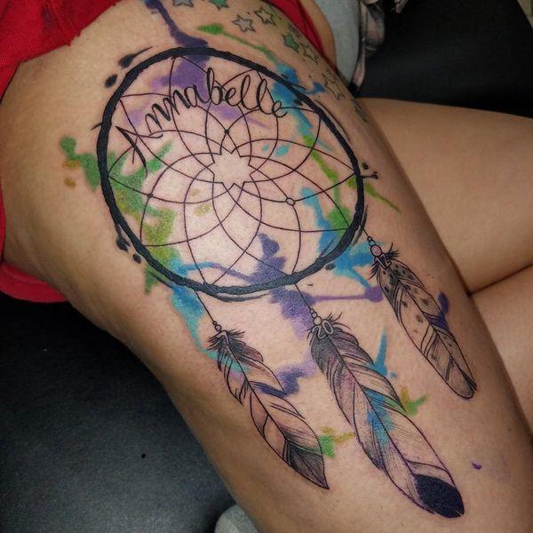 Татуировка на бедре Ловца снов с черными чернилами и именем