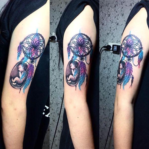 Татуировка в виде ловца снов с головой оленя на икре