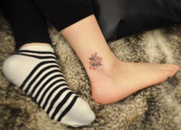 Маленькая татуировка сакуры на щиколотке