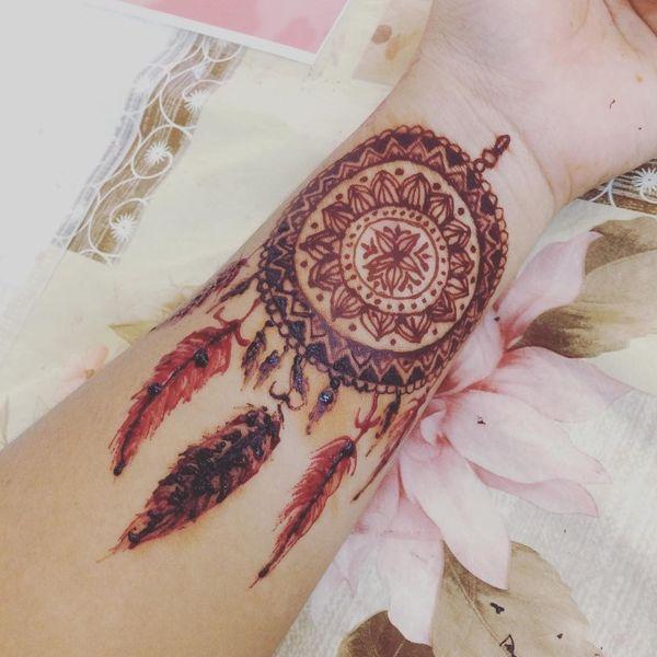Татуировка на бедре в стиле индийского ловца снов в стиле дэворк