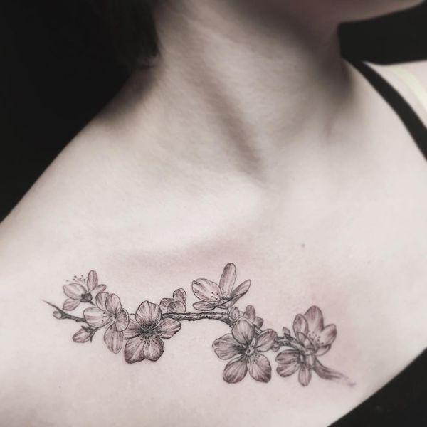 Татуировка сакуры и лозы на груди