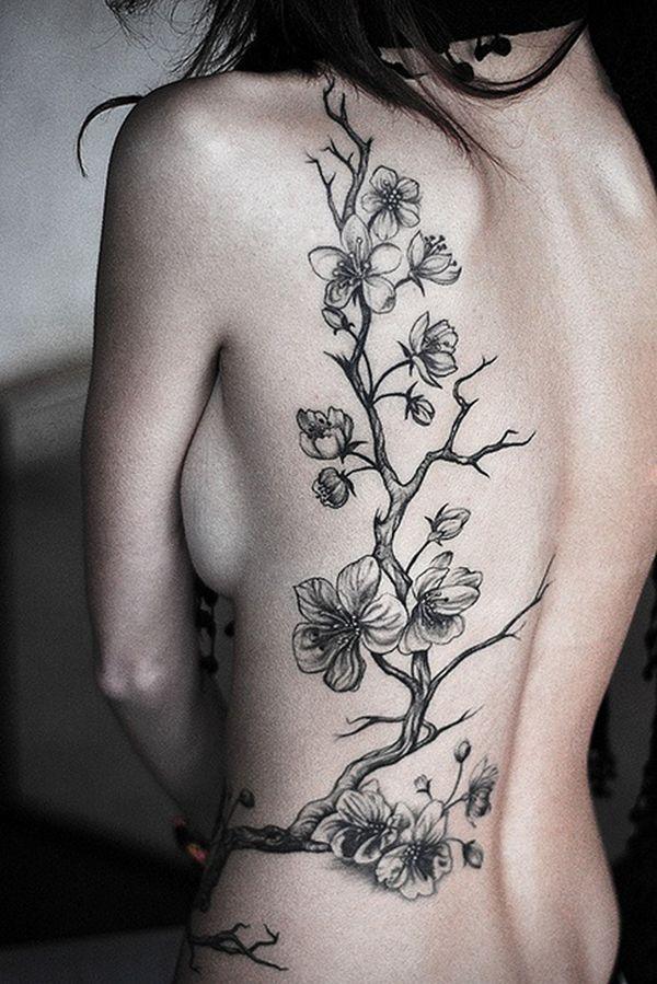 Женственная татуировка сакуры на боку